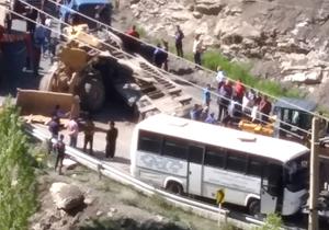 سقوط هولناک لودر بر روی اتوبوس + فیلم