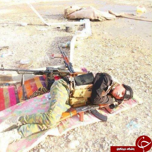 خواب راحت یک مدافع حرم در میدان جنگ + عکس