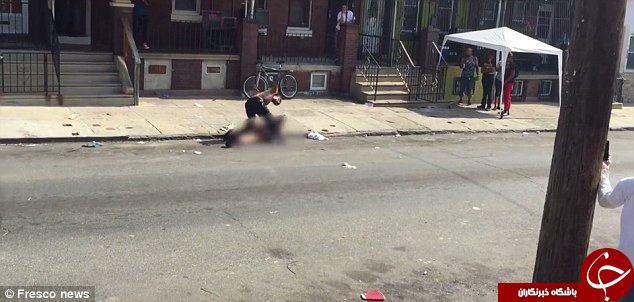 یک زن در آمریکا کتک می خورد و دیگران فقط نگاه می کنند +تصاویر