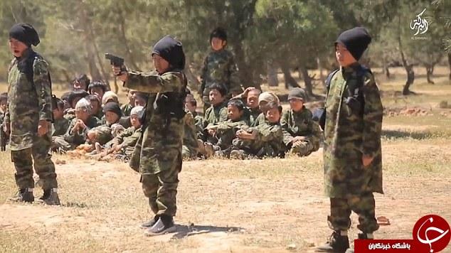 آموزش کودکان قاتل داعشی با مسلسل های غول پیکر+ تصاویر
