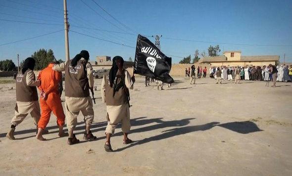 اعدام یک شعبدهباز خیابانی به وسیله داعش/ شعبدهباز عراقی مجبور به افشای اسرارش شد+ تصاویر