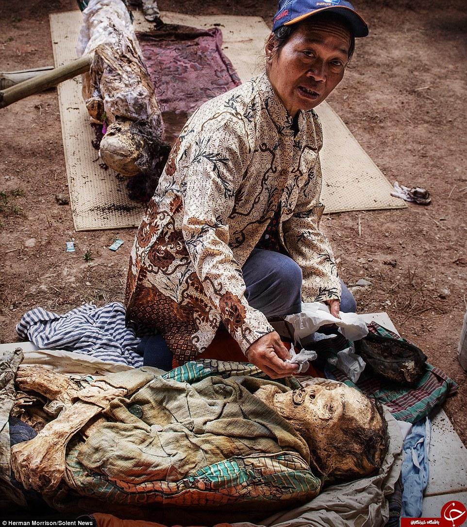 مراسم عجیب بزرگداشت مردگان در اندونزی + تصاویر