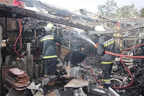 انبار بزرگ لوازم بهداشتی خیابان ملاصدرا در آتش سوخت+تصاویر