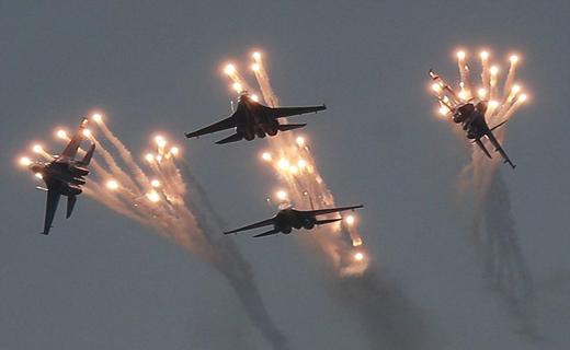 رزمایش هوایی خیرهکننده روسیه بر فراز کریمه / قدرتنمایی پوتین با جنگندههای روسی+ تصاویر