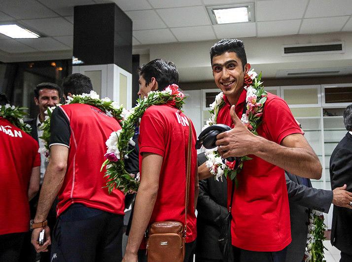 پاداش والیبالی ها در فرودگاه پرداخت می شود