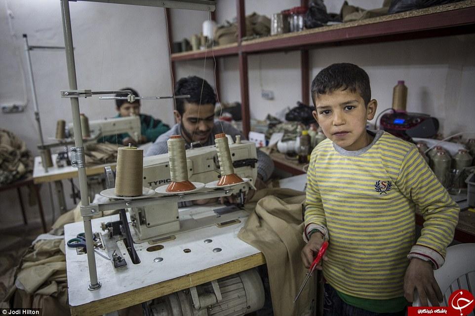 خیاطی کودکان بردۀ سوری برای داعشیها + تصاویر