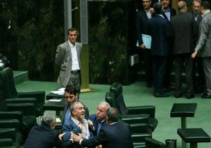 وقتی معاون پارلمانی وزارت جهاد یقهاش را در صحن مجلس چاک داد + فیلم