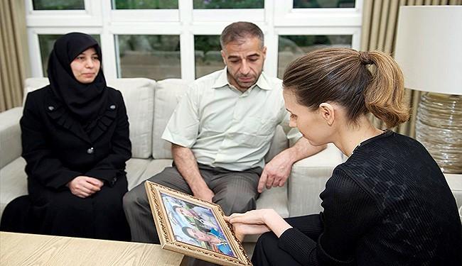 استقبال اسما اسد از پدر و مادر 2 شهید با لباس مشکی+ عکس