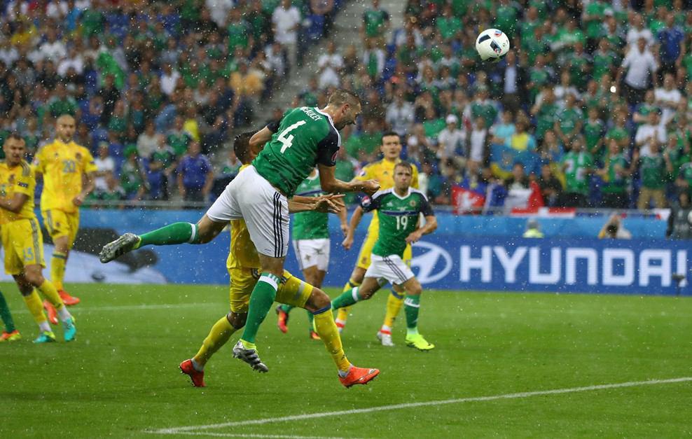 اوکراین 0 - ایرلند شمالی 1 / بارش تگرگ بازی را متوقف کرد+ گزارش تصویری