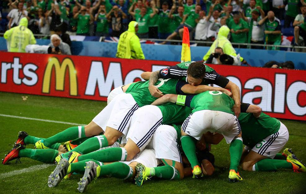 اوکراین 0 - ایرلند شمالی 1 / بارش تگرگ بازی را متوقف کرد + گزارش تصویری