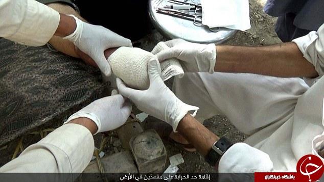 به صلیب کشیدن سه مرد توسط داعش به خاطر روزه نگرفتن +تصاویر