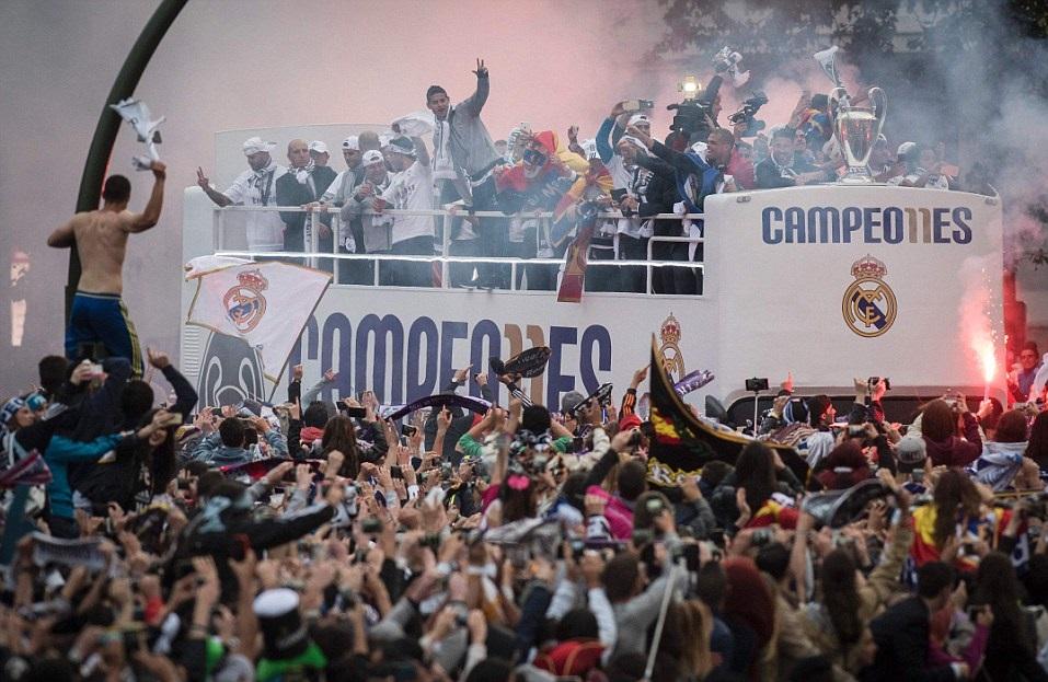 جشن قهرمانی رئال مادرید در کنار هواداران+تصاویر / درحال تکمیل