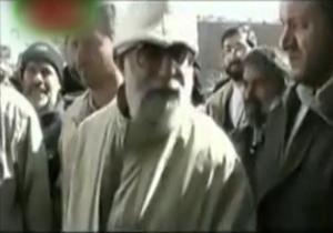 رهبر انقلاب با لباس مبدل در بین زلزله زدگان بم + فیلم