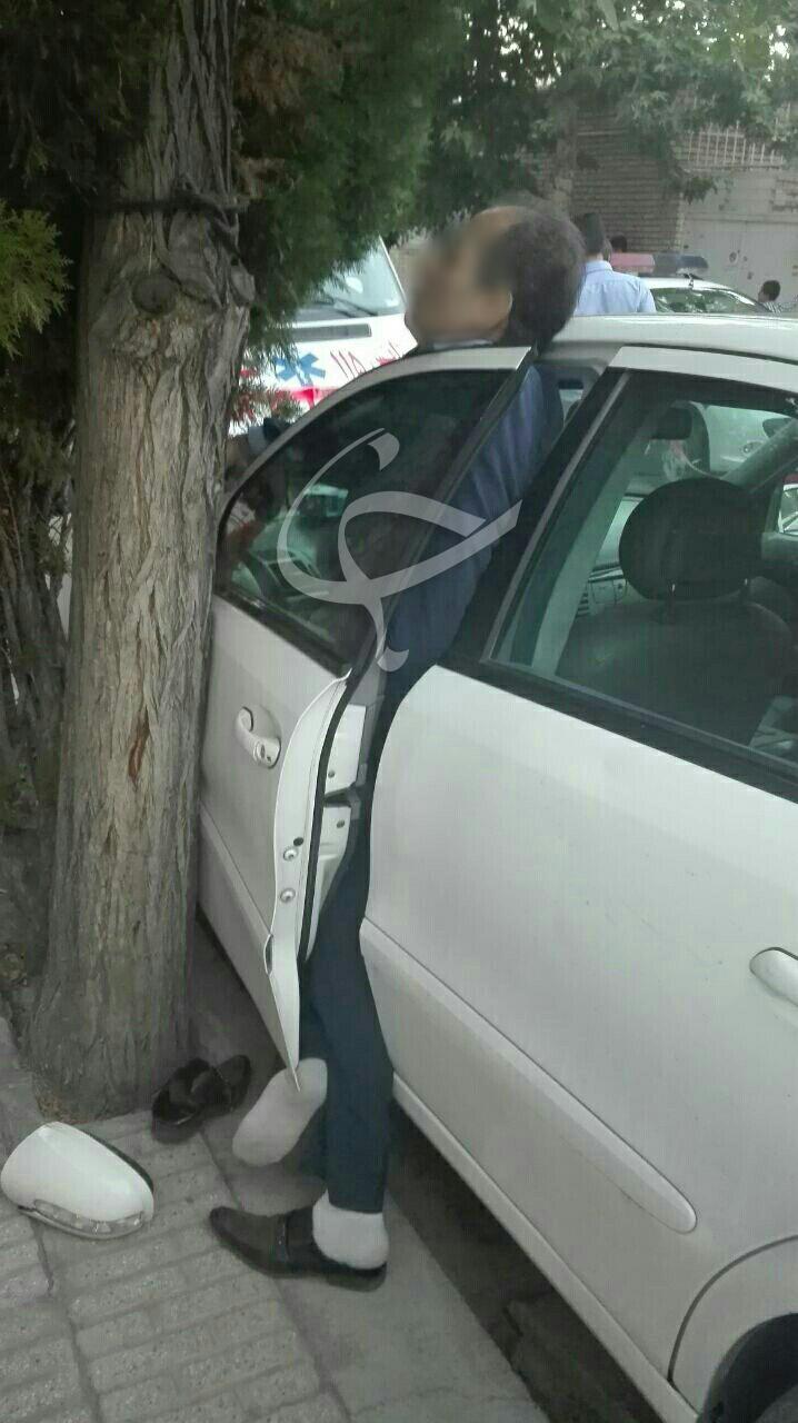 مرگ مشکوک مردی لای درب خودرو در مشهد + عکس