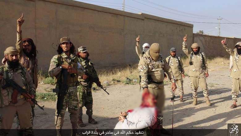 اعدام فجیع یک مرد در ملأعام به اتهام جادوگری بوسیله داعش+ تصاویر