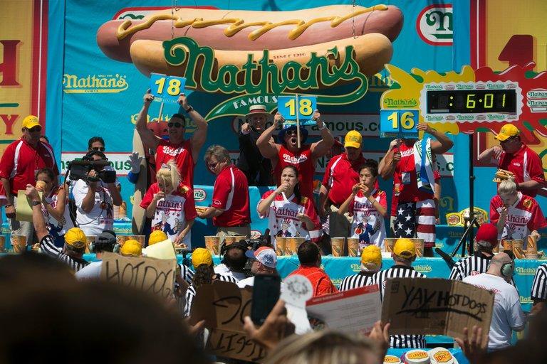 مسابقات هات داگ خوری در آمریکا / رقابت 15 زن برای کسب جایزه شکم پرستی!+تصاویر