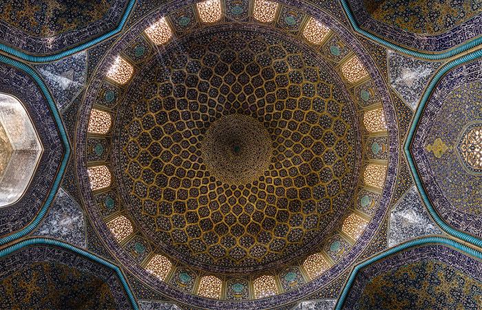 وقتی توریست ها درازکش از سقف مسجد شیخ لطف الله عکس می گیرند