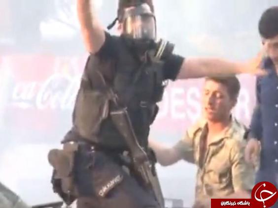 لحظه ای که پلیس ترکیه به یاری سرباز کودتاچی می شتابد+ تصاویر
