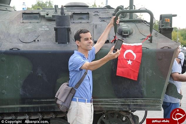 سلفی ترکها در کنار تانکها+تصاویر