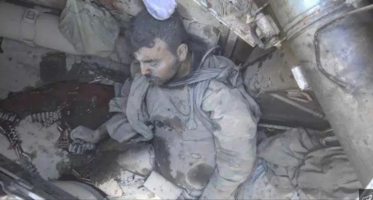 بیحرمتی به اجساد سربازان سوری بوسیله داعش+ تصاویر+18