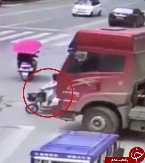 نجات معجزهآسای دوچرخه سوار از تصادف با تریلی 12 چرخ +تصاویر
