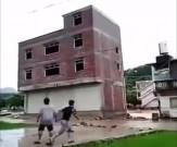 باشگاه خبرنگاران -فرو افتادن ساختمان در رودخانه + فیلم
