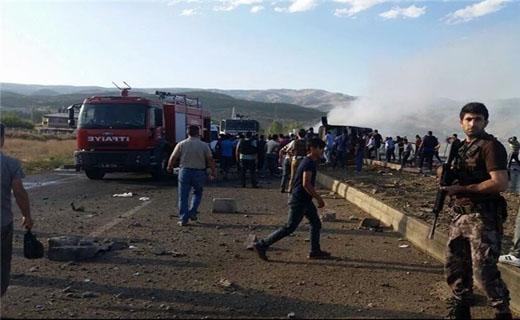 9 کشته و زخمی در حمله پ ک ک به اتوبوس پلیس ترکیه + عکس