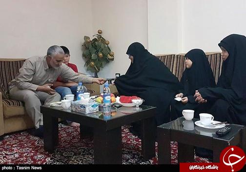 عکس/ حضور حاج قاسم در منزل شهید ابوحامد