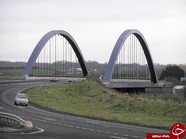 تصاویر تکان دهنده از حفظ تعادل یک زوج روی پل 30 متری با وجود باد شدید + 5 عکس