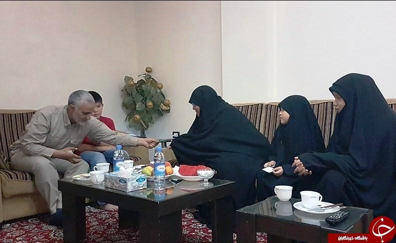 سردار سلیمانی در جمع خانواده شهید فاطمیون+عکس