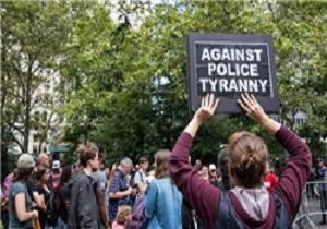 معترضان آمریکایی در پارک «سیتی هال» نیویورک علیه خشونت پلیس تظاهرات برپا میکنند