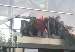 از گرفتار شدن سه کودک در بالای آسانسور تا تشییع پیکر اولین شهید مدافع حرم در خلخال + فیلم