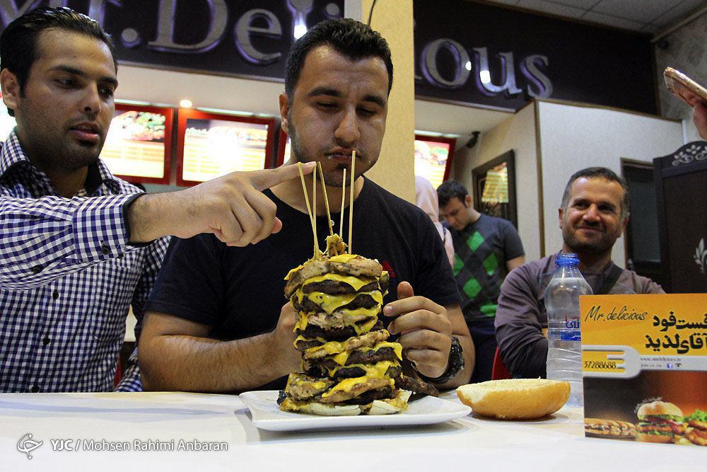 جشنواره خوردن همبرگر شگفت انگیز در مشهد+تصویر