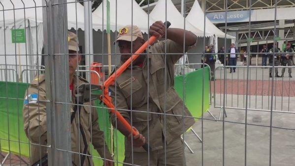 بی نظمی ها تمامی ندارد/ گم شدن کلید ورودی استادیوم المپیکی + عکس