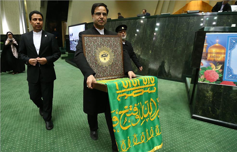دفاع از «روحاني» به سبك «لاريجاني»/ تريبونها براي كي به صدا درميآيند!/ هميشه پاي احمدينژاد در ميان است/ غلط ديكته مطهري!