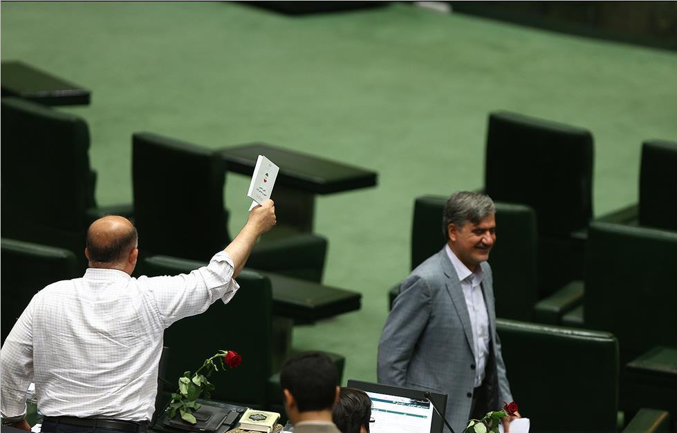 دفاع از «روحاني» به سبك «لاريجاني»/ تريبونها براي كي به صدا درميآيند!/ هميشه پاي احمدينژاد در ميان است!/ غلط ديكته مطهري!