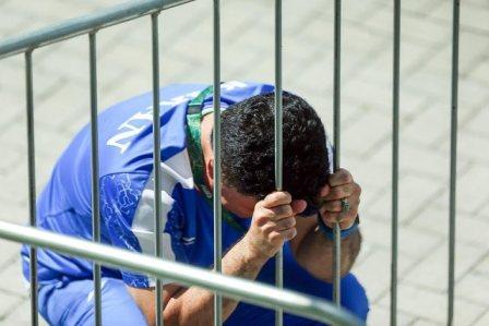 گریه محمد بنا پشت میله های ریو + فیلم و تصویر
