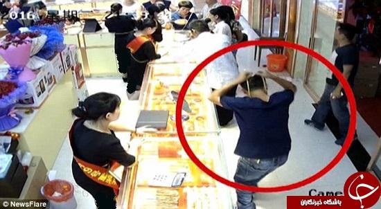 سارقی که قبل از دزدی طلاها را امتحان میکند +تصاویر