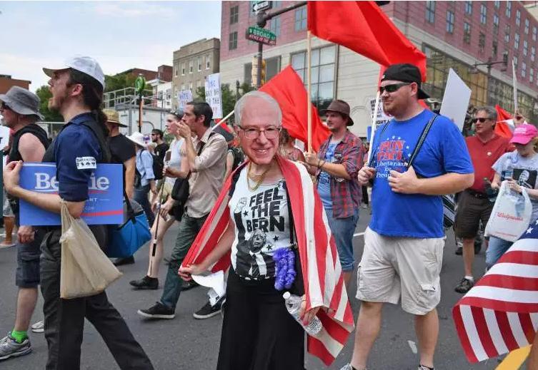 تجمع اعتراضی هواداران سندرز در محل برگزاری گردهمایی ملی حزب دموکرات / کلینتون فرقی با ترامپ ندارد + تصاویر