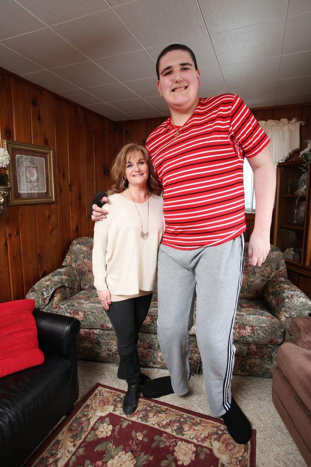 نوجوانی که با 2.377  متر قد رکوردار دنیاست