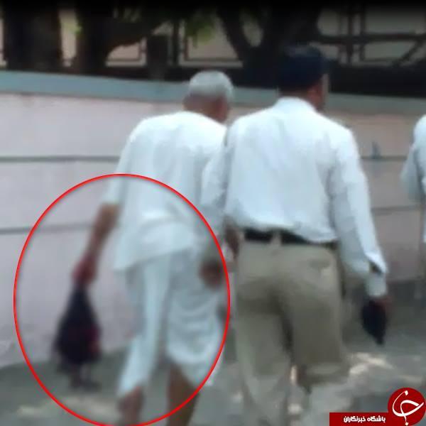 لحظه دلهره آوری مردی که سر بریده شده زنش را در خیابان شلوغ حمل می کند+ عکس(18+)