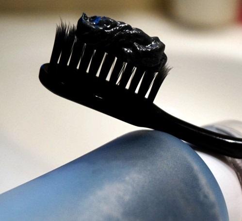 زغال درمانی دندان ها/ خمیردندان های ذغالی مورد تایید نیست