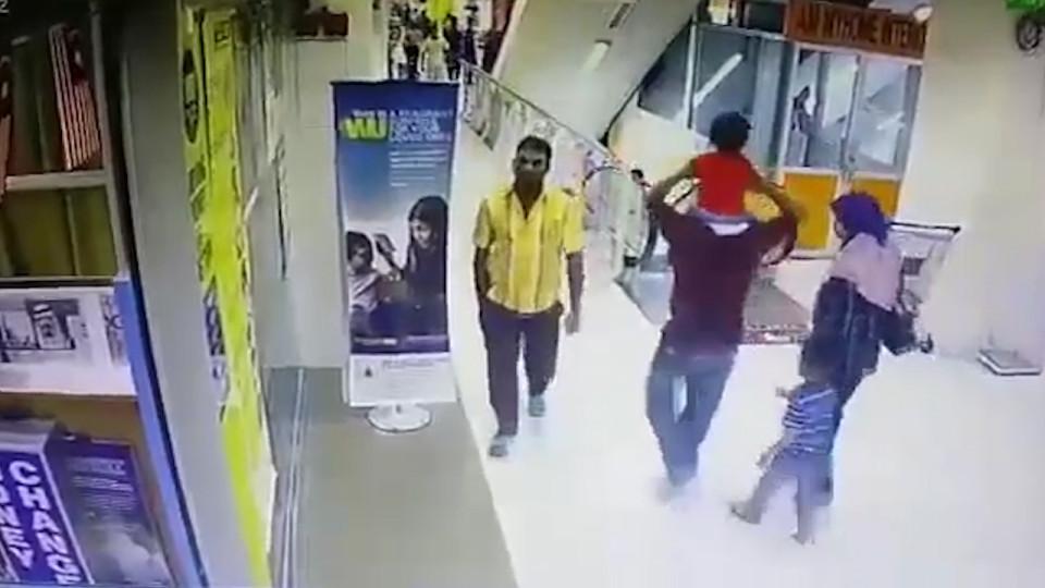 ویدئوی تکان دهنده از سقوط یک کودک از بالای پله برقی+ فیلم(+16)