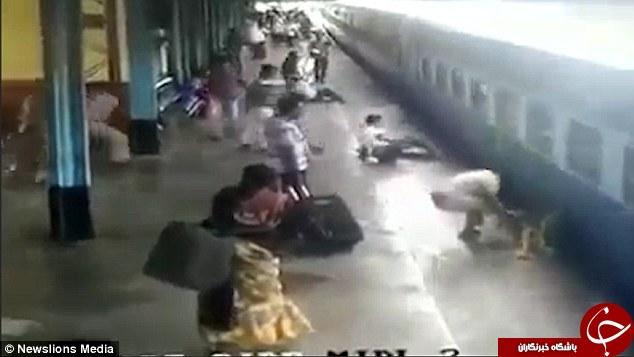 نجات معجزهآسای یک زن از زیر قطار +فیلم