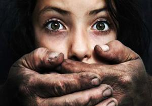 فلاحتی، مجری تلويزيون «صدای امريكا» (VOA) به همكار جوانش تجاوز كرد