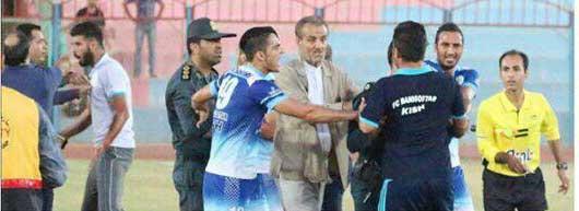 خسروی: فدراسیون فوتبال، داوران را به شمشیر و گاز اشک آور مجهز کند   تصویر