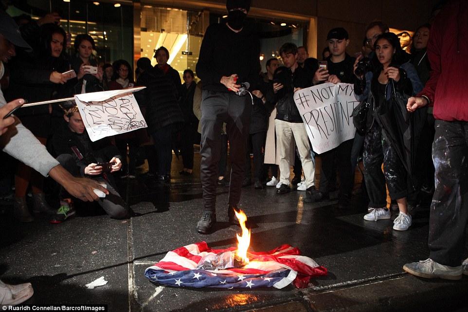 تظاهرات علیه ترامپ در آمریکا/ پرچم آمریکا به آتش کشیده شد+ فیلم و تصاویر