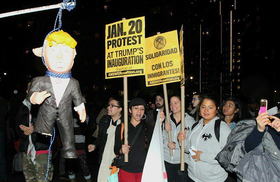 آمركايي ها در مقابل برج ترامپ در نيويورك ترامپ را سر بريدند+عكس