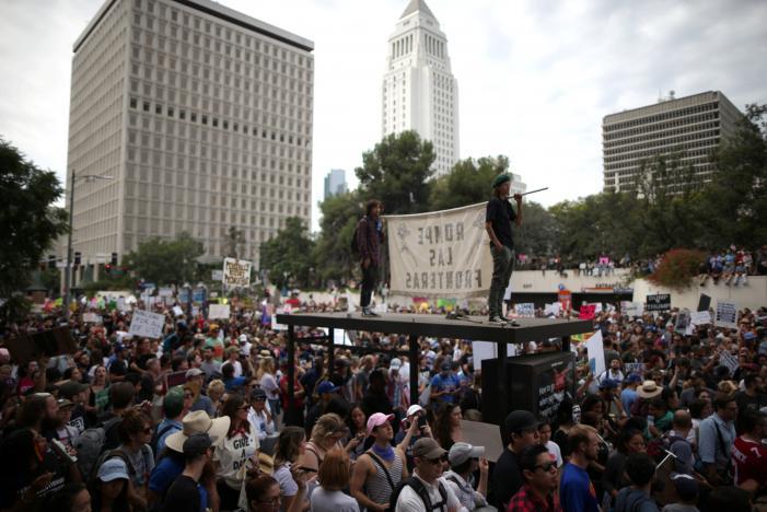 تظاهرات گسترده ضد ترامپ ادامه دارد/ تجمع معترضان رئیس جمهور منتخب در مقابل کاخ سفید/ سر دادن فریاد علیه میلیاردر آمریکایی در مقابل آسمانخراشش