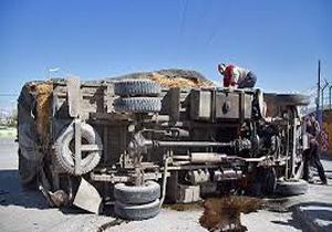 2 مصدوم در واژگونی کامیون + تصاویر